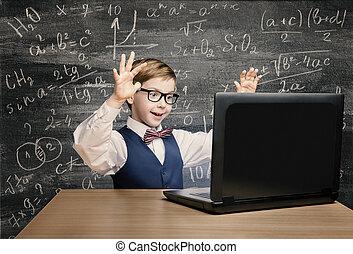 ragazzo, poco, laptop, dall'aspetto, matematica, quaderno, lavagna, bambino, formula, capretto