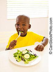 ragazzo, poco, mangiare, insalata