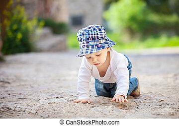 ragazzo, poco, pietra, strisciare, marciapiede, pavimentato