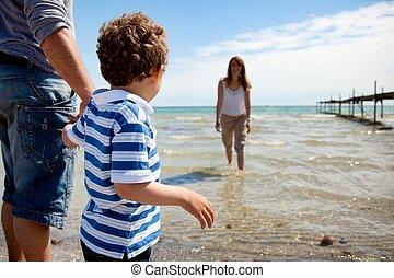 ragazzo, poco, suo, immersione, acqua, mamma, dall'aspetto