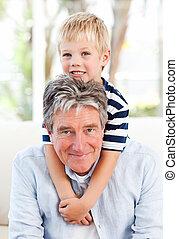 ragazzo, poco, suo, nonno, dall'aspetto, macchina fotografica