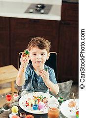 ragazzo, poco, uova, pittura, creatività, pasqua, bambini, felice