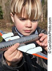 ragazzo, presa a terra, uno, aereo giocattolo