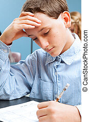 ragazzo scuola, concentra, su, standardized, prova