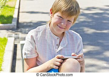 ragazzo sedendo, mobile, panca, telefono, biondo
