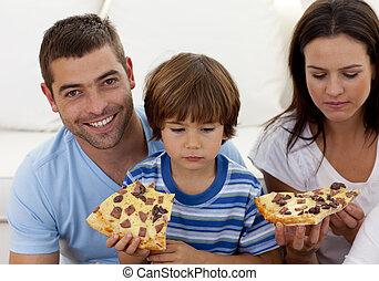 ragazzo, soggiorno, mangiare, prents, pizza