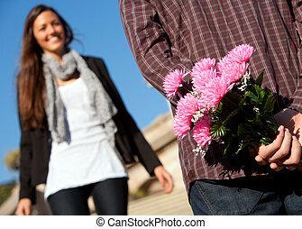 ragazzo, sorprendente, amica, con, fiori