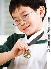 ragazzo, suo, medaglia, vincente