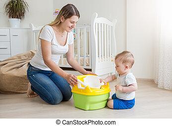 ragazzo, uso, stanza, lei, seduta, vaso, pavimento, giovane, vivente, camera, come, madre, bambino, insegnamento, sorridente