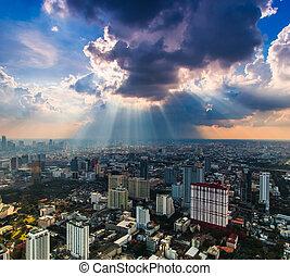 raggi luce, lucente, attraverso, nuvole scure, città,...