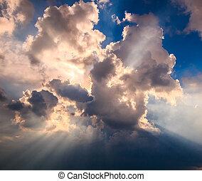 raggi luce, lucente, attraverso, nuvole scure, per, fondo
