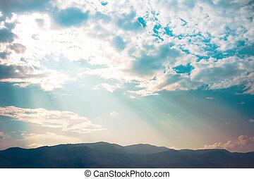 raggio luce, tramonto, dietro, nubi, con, silhouette, montagne