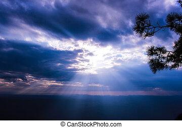 raggio sole, attraverso, nubi, su, cielo blu