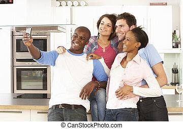 raggruppare foto, presa, moderno, giovane, amici, cucina