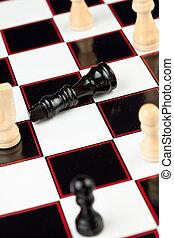 rainha preta, mentindo, em, a, chessboard, enquanto, branca, ficar