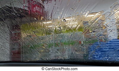 Rainwater flows through the windshield in the rainy season.