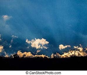 raios luz, brilhar, através, nuvens escuras, para, fundo