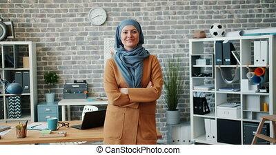 ralenti, musulman, sourire, femme affaires, réussi, bureau, portrait