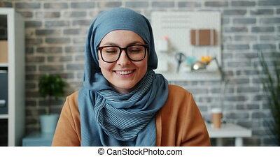 ralenti, sourire, appareil photo, joli, bureau, girl, hijab, regarder