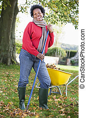 ramassage, feuilles, femme, jardin, mûrir