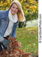 ramassage, feuilles, fille souriante
