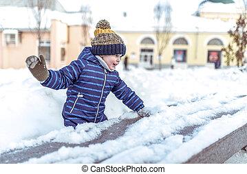 ramassage, garçon, peu, vieux, hiver, ville, nature, joie, neige, émotions, années, boules neige, banc, 3-6, winter., jeux, jouer, amusement, week-end, avoir, heureux