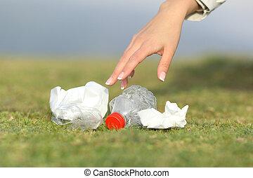 ramassage, montagne, femme, déchets, main