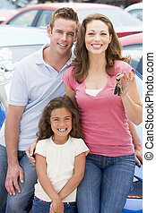 ramassage, nouveau, jeune famille, voiture