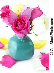 ramo, de, colorido, rosas, en, florero, y, pétalos