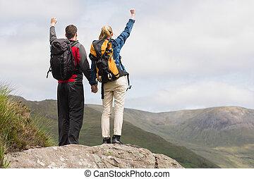 randonnée, couple, excité, leur, sommet, applaudissement, atteindre