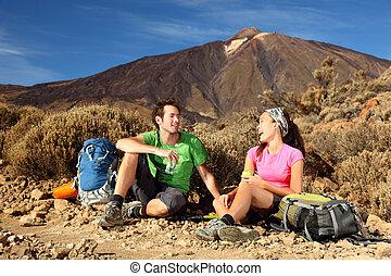 randonnée, couple heureux, jeune