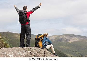 randonnée, couple, leur, sommet, atteindre