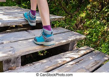 randonnée, femme, à, bottes, sur, bois, piste, dehors, activité
