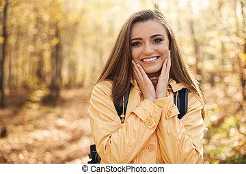 randonnée femme, jeune, automne, portrait, pendant, heureux
