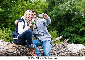 randonnée femme, prendre, quoique, bière, boire, selfie, homme
