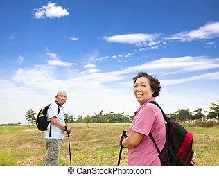 randonnée, nature, couple, asiatique, personne agee, heureux