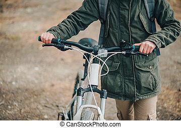 randonneur, femme, vélo, forêt