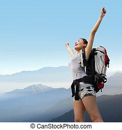 randonneur, montagne, femme, heureux