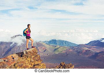 randonneur, montagnes, apprécier, femme, dehors