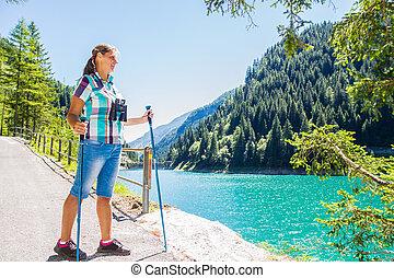 randonneur, montagnes, femme, télescope, regarde