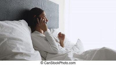 rano, łóżko, mówiąc, telefon, młody, odprężony, dama