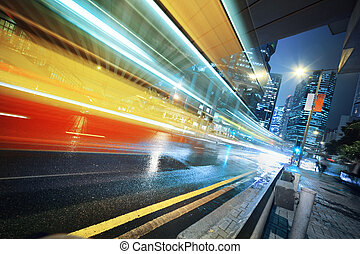 rapidamente, em movimento, autocarro, à noite