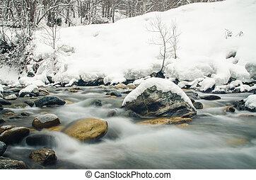 rapidamente, fluente, montagna, fiume, su, uno, fondo, di, innevato, foresta, sfocato, vicino, uno, lento, velocità imposta