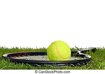 raqueta, pelota de tenis, pasto o césped