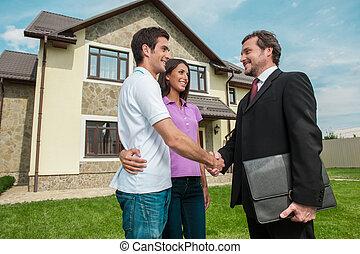 rasen, owners., karten geben, verkäufer, paar, hã¤ndedruck, junger, draußen, hände, eigenschaft, schüttelnd