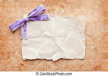 rasgado, pedazo de papel, con, púrpura, arco, en, grunge, papel, fondo., vendimia, retro, tarjeta