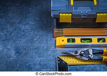 rasguñado, vendimia, metálico, superficie, con, caja de herramientas, y, conjunto, de, worki