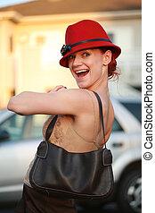 raso, dof., jovem, bolsa, chapéu preto, outdoors., mulher, vermelho, bonito