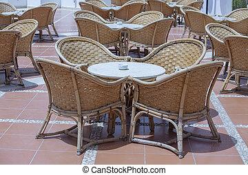 Draussen Mobel Rattan Sessel Und Tisch Auf Terrasse Stock Fotos Und