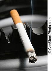 rauchende zigarette, aschenbecher